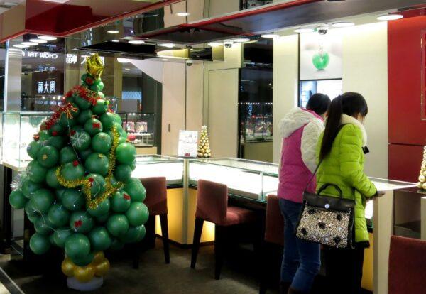 Weihnachtsdekorationen wie dieser Christbaum aus Luftballons können bis zum Chinesischen Neujahr die Läden schmücken. Foto: Sofia Zhu.