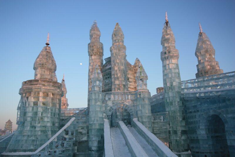 Eisfestival in Harbin: Die Konstruktionen aus Eis erreichen eine beeindruckende Höhe. Fotos: Oliver Zwahlen