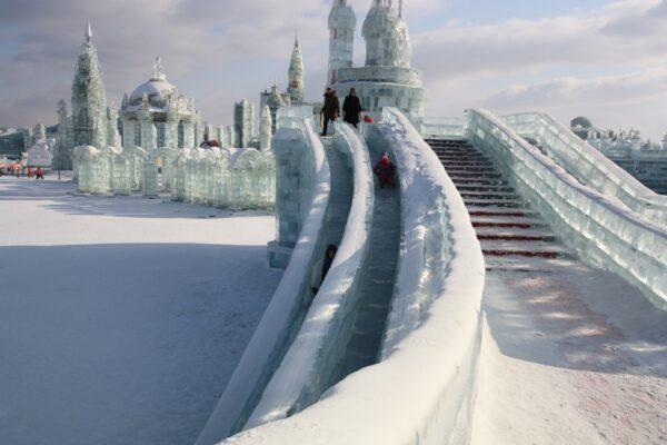 Spass im Eis: Auf zahlreichen Rutschen kann man über das Eis schlittern.