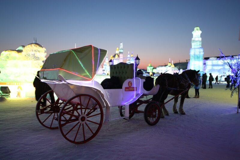 Abendstimmung: Mit der Kutsche kannst du dich über das Festivalgelände fahren lassen.