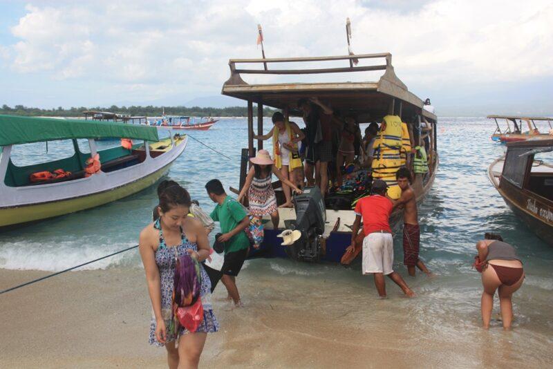 Überfüllt und wackelig: Ein Boot auf den Gili-Inseln in Indonesien.