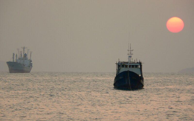 Schiffe wie dieses sind die einzige Verbindung zum Festland. Fotos: O. Zwahlen