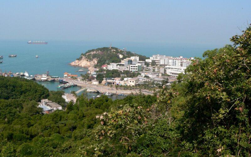 Ausblick auf den kleinen Hauptort der Insel Wailingding und den Hafen.