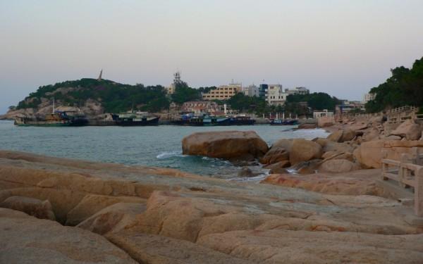 Der Küstenweg führt an zahlreichen Felsen vorbei.
