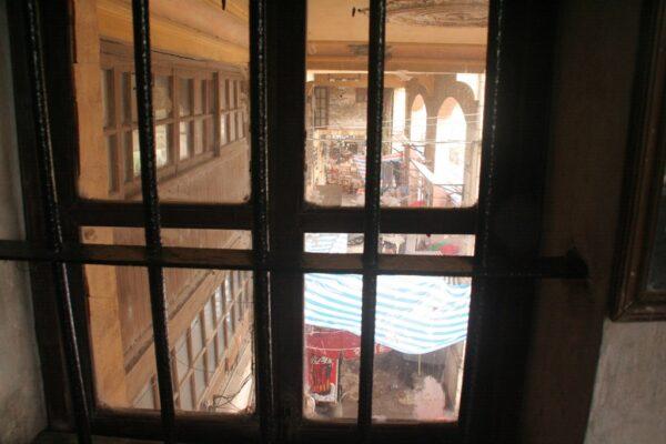 Blick aus dem Gemeindemuseum auf die Arkaden.