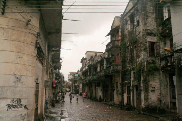 Die Hauptstrasse, die zum Fluss führt.