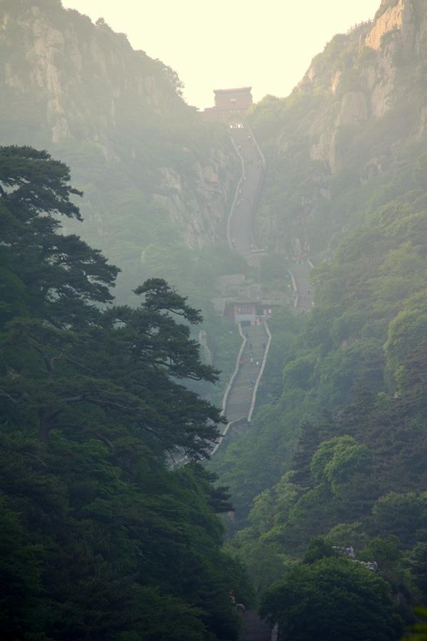 Treppensteigen für Hartgesottene: Fast 7000 Stufen führen auf den Gipfel des Taishans.
