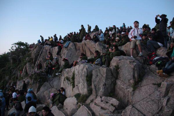 Warten auf den Sonnenaufgang: Am Wochenende kann es auf dem Gipfel etwas voller werden.