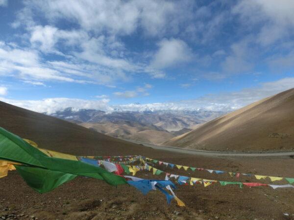 Gebetsfahnen im Wind: Die tibetische Kultur durchdringt jede Ecke des Himalayas.