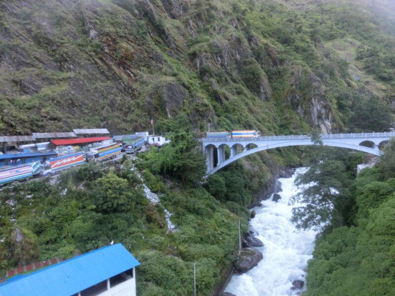 Alternative für Ein- und Ausreise nach Tibet: Der Grenzübergang zu Nepal bei Kodari.
