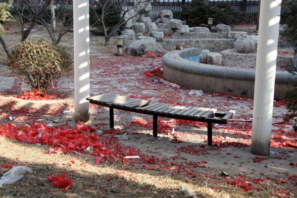 Der Morgen danach: Abfall vom Feuerwerk in einem Park in Peking. Foto: OZ