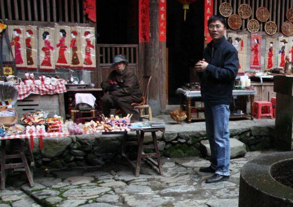 Kleines Einkommen: Mit dem Verkauf von Souvenirs können sich die Bewohner der Erdbauten ihr Brot (bzw. Reis) verdienen.