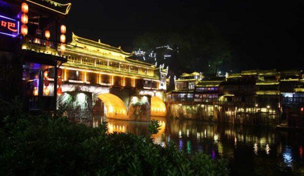 Fenghuang in der Nacht: Sobald die Sonne untergeht erschallt Partysound aus allen Ecken.