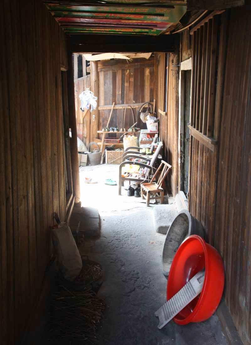 Das Leben der Einheimischen: Viele alte Häuser sind offen und erlauben einen Blick ins Leben der Einheimischen.