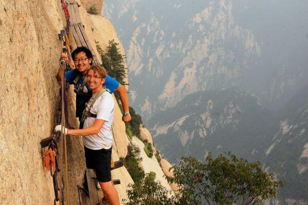 Abenteuer in China: Florian Blümm am Klettersteig von Huashan. Fotos ZVG