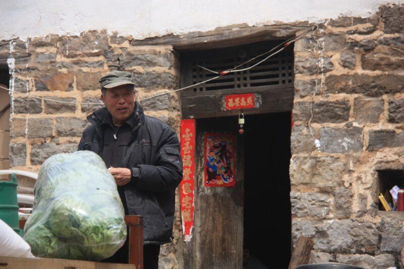 Dorfbewohner bei der Arbeit.
