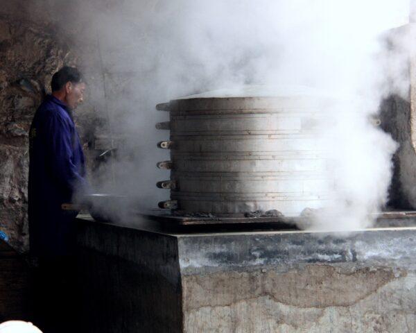 Dampfbrötchen in der Seitengasse: Viele Dorfbewohner profitieren von den Besuchern.