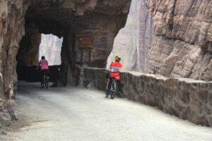 Heute sind im Guoliang-Tunnel vor allem Touristen unterewegs: Abwärts auf Fahrrädern, aufwärts in schweren Reisebussen. Fotos: O. Zwahlen