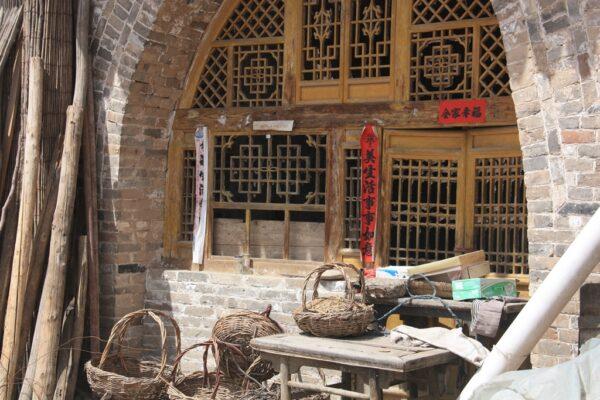 Kunstfertig: Fast alle Wohnhöhlen verfügen über fein verzierte Fenster.