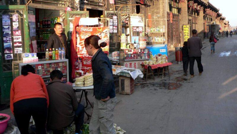 Kleine Stände: Die alten Strassen sind gesäumt von kleinen Läden.