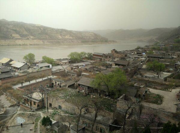 Blick vom Tempel auf Qikou kurz vor dem Santsturm.