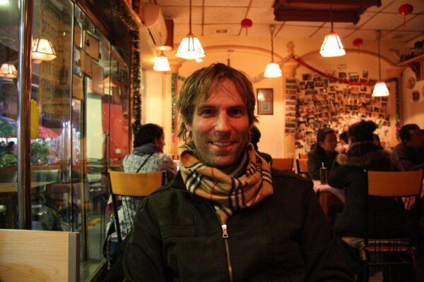 Der Autor in einem Café in Guilin.