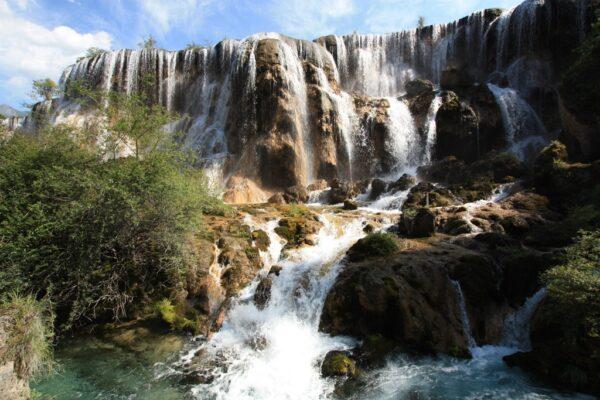 ...er führt an wunderschönen Wasserfällen vorbei.