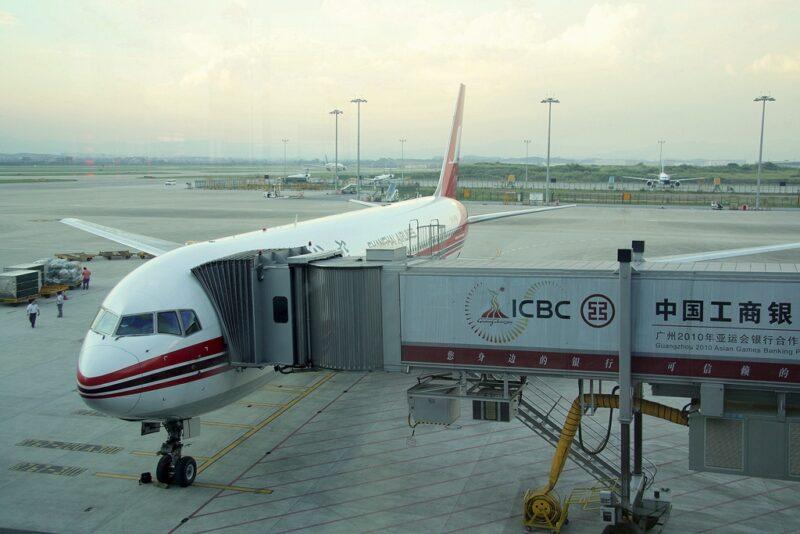 Maschine der Shanghai Airlines am Gate, Flughafen Guangzhou.