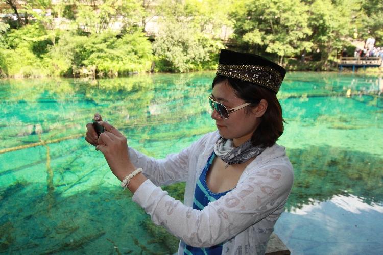 Eine Touristin checkt ihre Bilder.