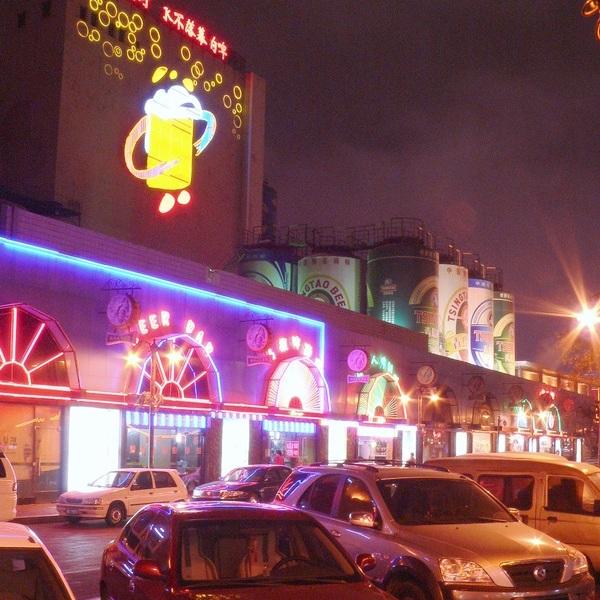 Die Tsingtao-Fabrik mit der Kneipenstrasse davor.