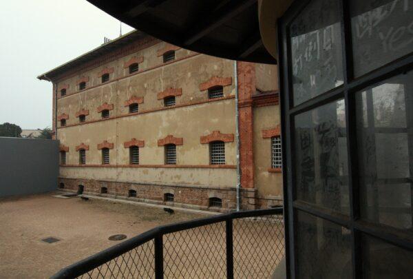 Blick auf den Exerzierhof und den Zellenbereich des Deutschen Gefängnisses in Qingdao.