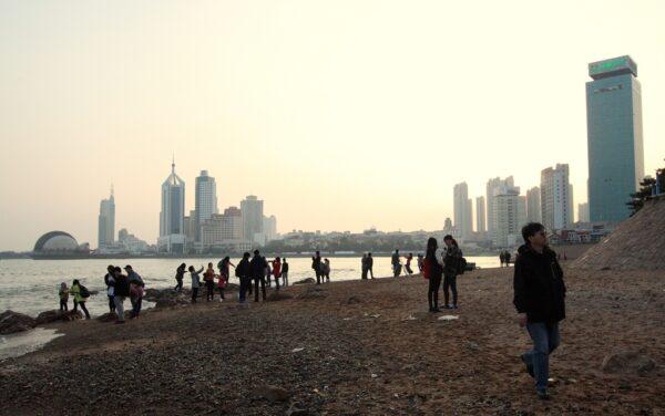 Abendstimmung am Stadtstrand von Qingdao. Zum Baden macht er nicht so an, für einen gemütlichen Spaziergang mit Blick auf die Skyline aber schon.