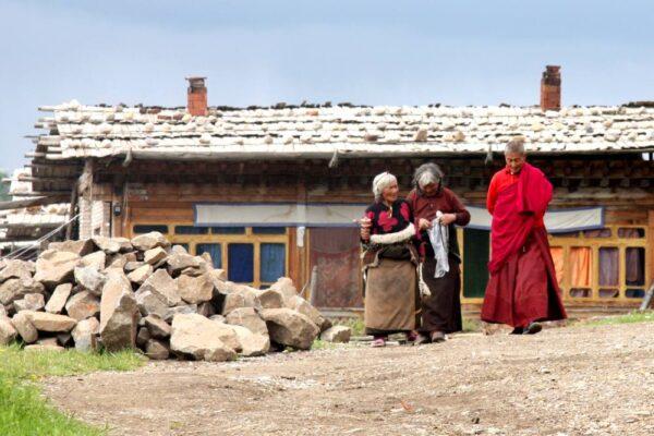 """Im alten Dorf fühlst du dich in den Film """"7 Jahre in Tibet"""" versetzt."""
