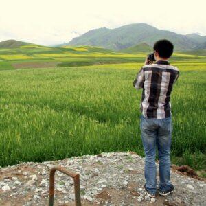 Lehrer Laojie fotografiert die Rapsfelder. Fotos: OZ