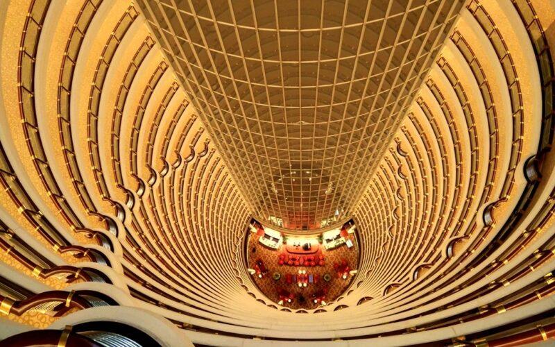 Blick aus dem 87. Stock in das 135 Meter hohe Attrium.