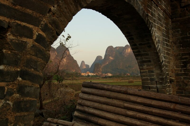 Reisfeld und Karstfelsen sind typisch für die Umgebung von Yangshuo.