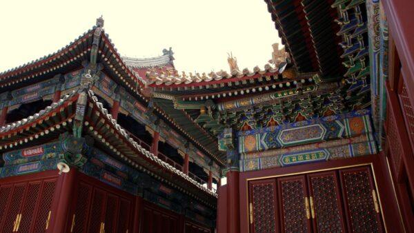 Verzierte Dächer im Lama-Tempel in Peking.