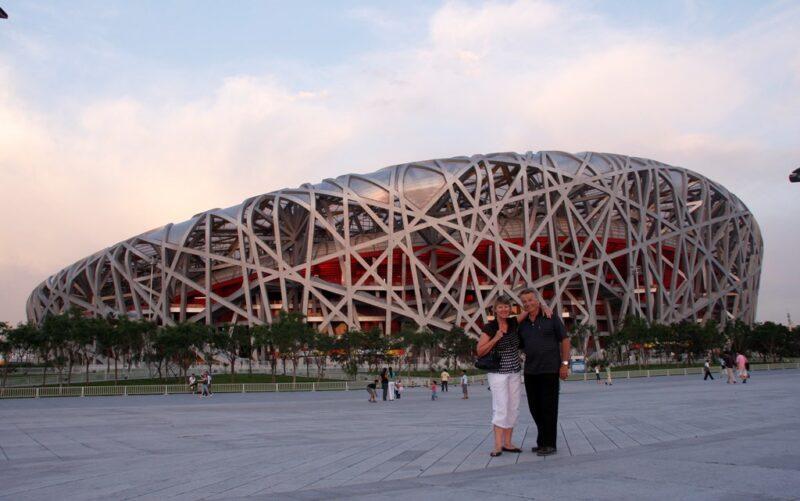 Touristen posieren vor dem Nationalstadion.