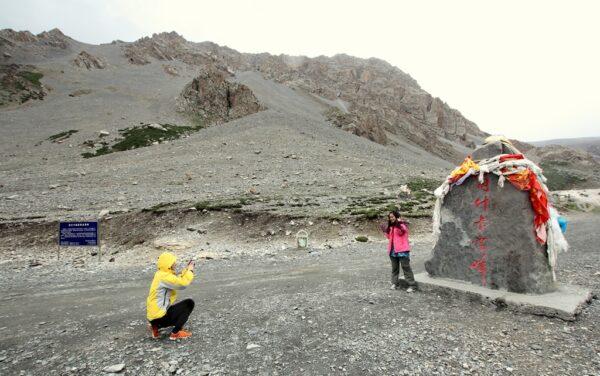 Bei klarem Wetter ist vom Markierungsstein der Berg zu sehen.