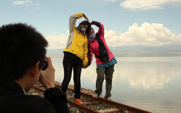 Meine chinesischen Reisebegleiter posieren auf den alten Geleisen.