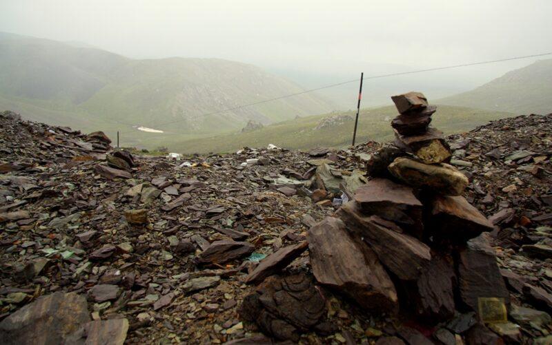 Karge Landschaften prägen diesen Teil der Route durch die Pässe in Qilian-Gebirge.