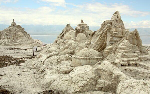 Salzskulpturen säumen den Eingang zum Salzwerk.