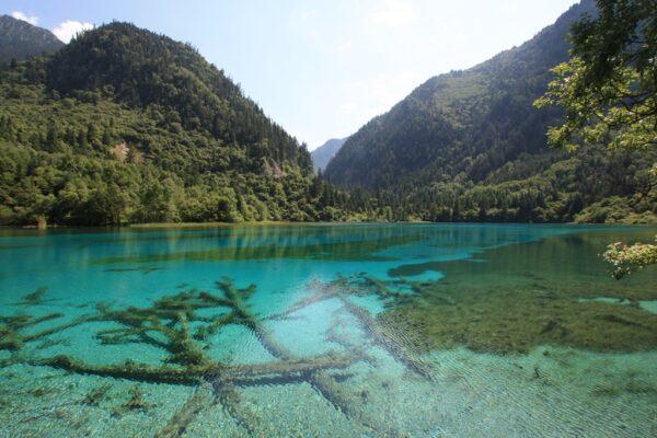 Einer der leuchtend blauen Seen von Jiuzhaigou.