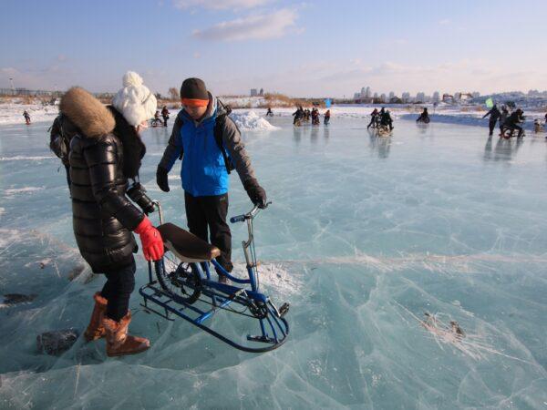 Winterliches Vergnügen auf einem zugefrorenen See in Nordchina