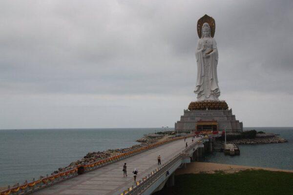 Nur wenige Kilometer westlich von Sanya befindet sich diese über hundert Meter hohe Statue